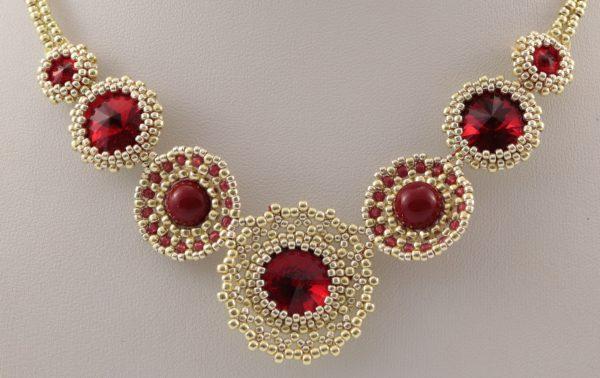 czerwony naszyjnik z złotymi koralikami, ekskluzywna biżuteria, błyszczące dodatki