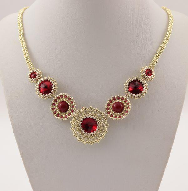 złoty naszyjnik z czerwonymi kryształami, z perłami, wyplatany koralikami, bogata biżuteria
