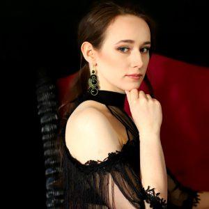 stylizacja z eleganckimi kolczykami, boho sukienka, frędzle, wieczorowy makijaż, modelka w kolczykach