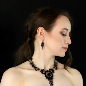 wieczorowy makijaż, stylowa kolia ręcznie robiona, kolia z kamieniami, onyks, kryształki
