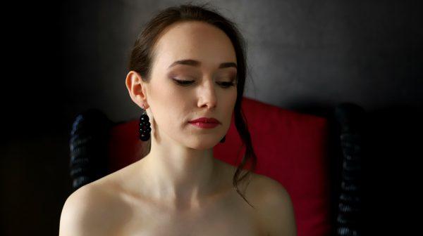 stylizacja z kolczykami lady, wieczorowy makijaż, długie kolczyk z kamieniami