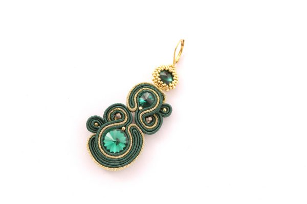 długie, wiszące zielone kolczyki, zieleń połączona ze złotem, kolczyki luksusowe, dodatki do stylizacji