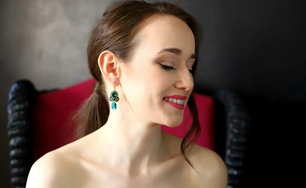 kolczyki emerald z zawieszką kroplą, kolczyki z błyszczącym kryształkiem
