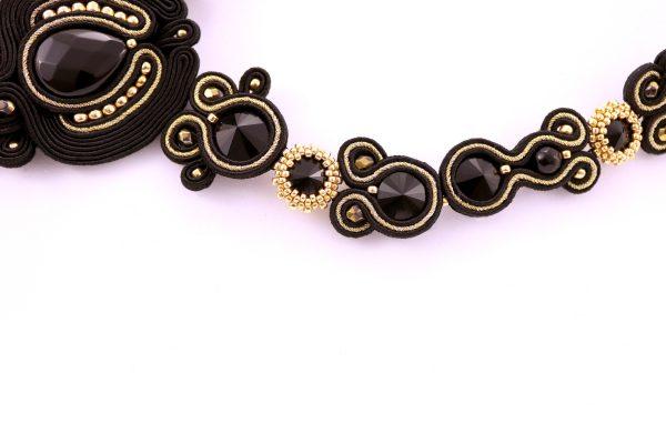 detal luksusowego naszyjnika - kryształki złote pasma czarny elegancki