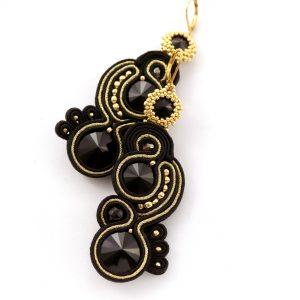 styl kolczyki haftowane sutaszem, wykonane ręcznie z kryształków, koralików, złote pasma, szyk i elegancja