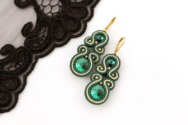 butelkowa zieleń biżuteria, kolczyki zielone ze złotym pasmem, ze złotym akcentem