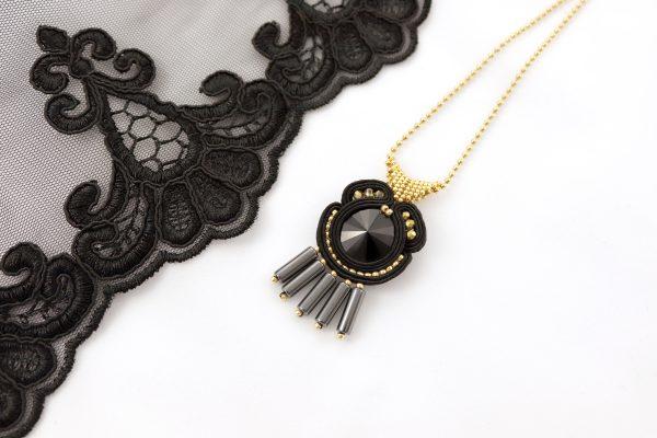 czarny wisiorek z szarymi zawieszkami, złote dodatki, wisiorek do tuniki, elegancka biżuteria