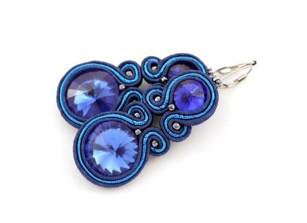 efektowne kolczyki w kolorze niebieskim z lekkim połyskiem, kolczyki wyszywane, biżuteria tekstylna