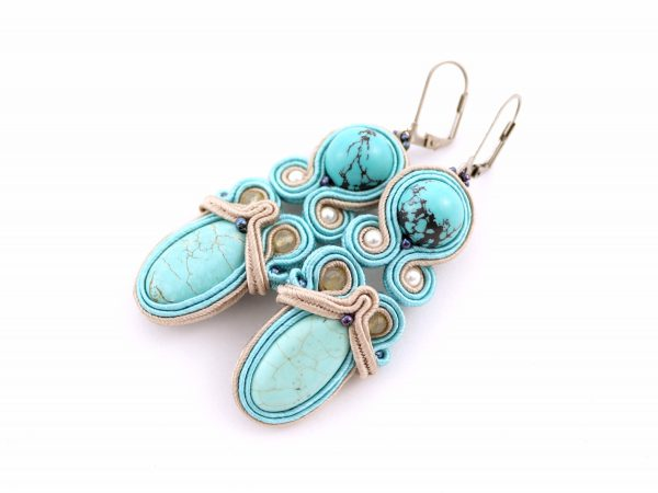 turkus w kolczykach z kamieniami, z beżowym dodatkiem, z perłami i cytrynami, kolczyki mają zamykane zapięcie