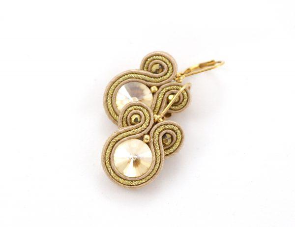 Złociste kolczyki z kryształkiem, odcienie beżu, złocone zapięcie
