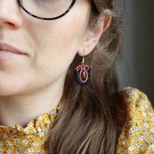 kobieca stylizacja, jesienne barwy, sukienka w kwiaty i kolczyki w kolorach ziemi, kolczyki wyszywane koralikami