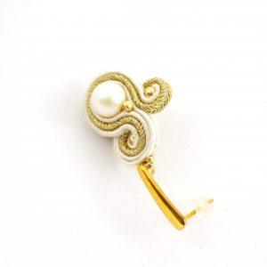 kolczyki z perłą hodowlaną, na złotym sztyfcie, w beżowym kolorze