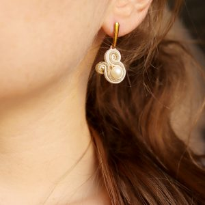 subtelna biżuteria z perłą, odcieniach beżu, sensualne dodatki,