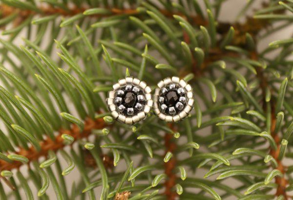 Małe czarne sztyfty z ciosanum kamyczkiem w centrum, kolczyki haftowane koralikami