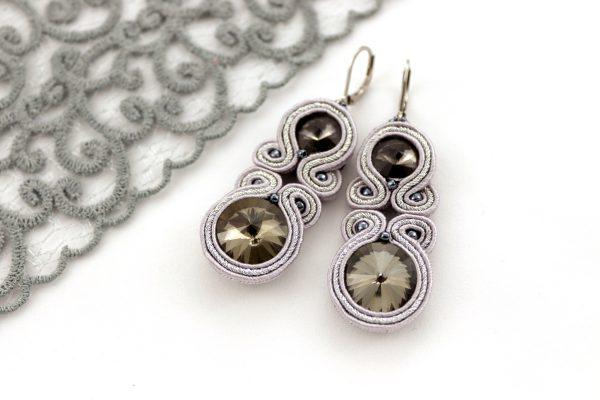 szare błyszczące kolczyki ze srebrnym elementem, kolczyki na zamykanym biglu, kolczyki haftowane sutaszem,