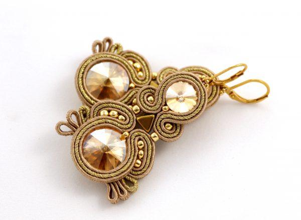 złote kolczyki z kryształkiem, ślub i wesele, kolczyki do ślubu, odcienie beżu i złota kolczyki