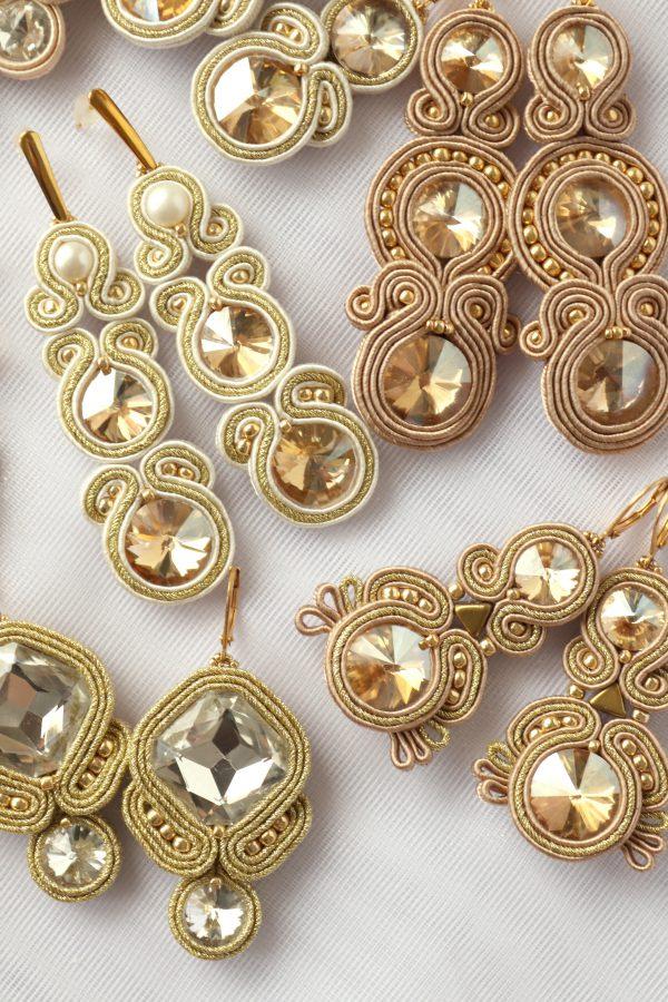 złote kolczyki z beżem, odcienie bieli i beżu, biżuteria do ślubu z perłą,