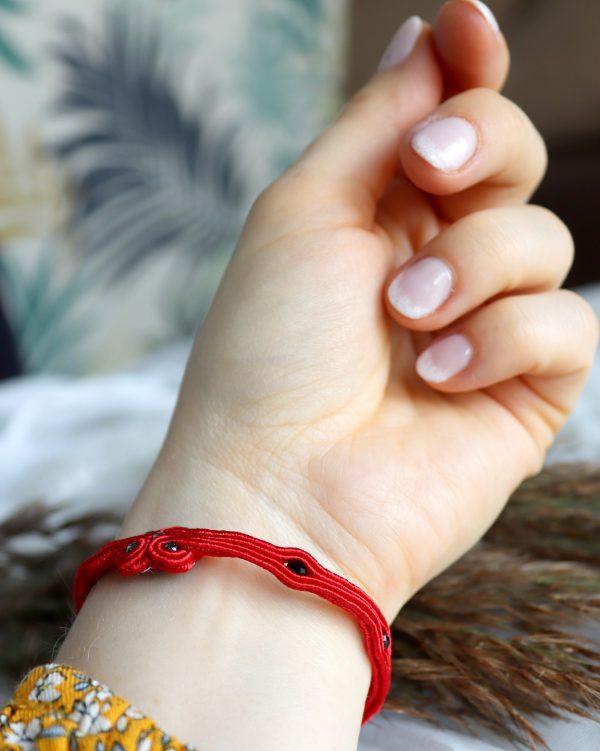 bransoletka delikatna na rękę, czerwony amulet na szczęście, czerwony rzemyk na rękę,