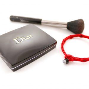 ekskluzywne dodatki modowe, czerwona bransoletka z kryształkiem, bransoletka z czarnymi kuleczkami
