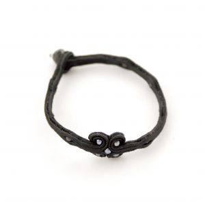 sutaszowa, czarna bransoletka ze stalowymi dodatkami, bransoletka na rękę, minimalistyczne dodatki do stroju,