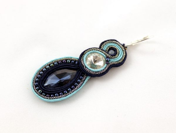długie turkusowe kolczyki z błyszczącym kryształkiem, kolczyki eleganckie i wiszące, haft sutasz