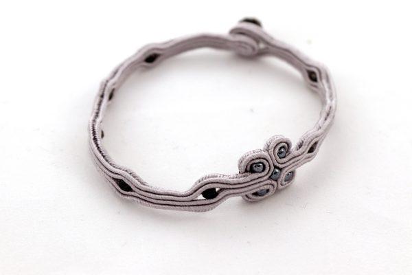 bransoletka w kolorze szarym, cienka bransoletka na rękę, szara minimalistyczna bransoletka na szczęście