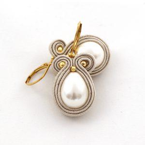 kolczyki z perłą, duża perła w kształcie kropli, kolczyki ze złotymi dodatkami