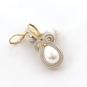 perła w kształcie kropli kolczyki, kolczyki wiszące, odcienie beżu biżuteria