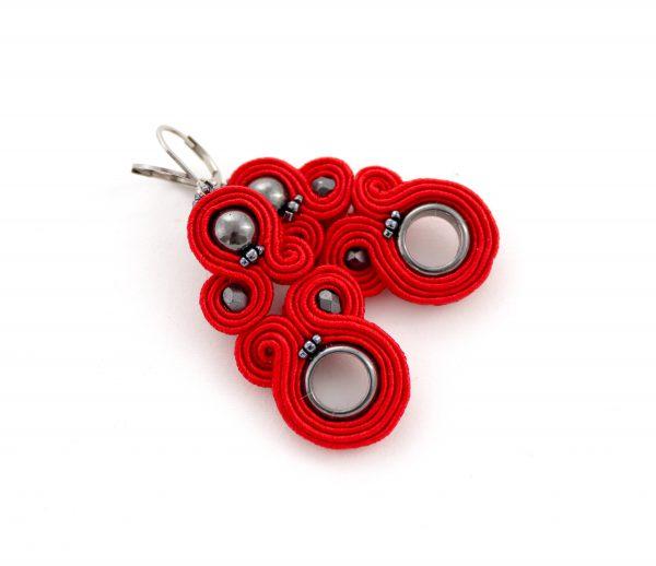 czerwone kolczyki wiszące, kolczyki z kołem, biżuteria z hematytem, kolczyki w kolorze modnej czerwieni