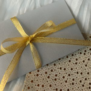 prezent dla kobiety w postaci bonu prezentowego,