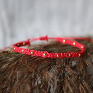 bransoletka czerwona ze złotymi kuleczkami, czerwony styl, moda dla kobiet