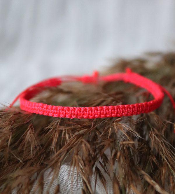 czerwona bransoletka pleciona na rękę, rzemyk regulowany, minimalistyczne ozdoby