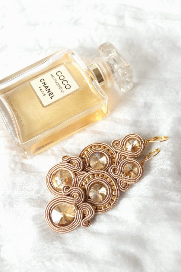 długie luksusowe złote kolczyki wyszywane złotymi kryształkami, beżowe pasma sutaszu,