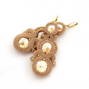długie wieczorowe kolczyki, odcienie beżu, wyszywane kolczyki, złote dodatki, ekskluzywna biżuteria
