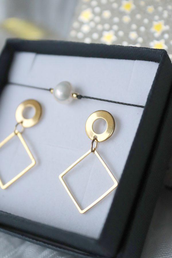 kolczyki z kwadratem na złoconym sztyfcie w komplecie z delikatną bransoletką z perełką, w stylu boho i hippie