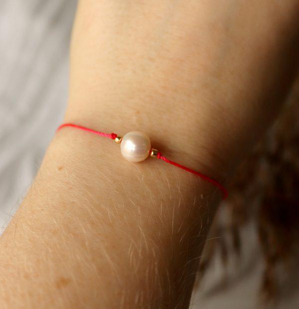czerwony sznureczek z perłą, bransoletka na rękę,