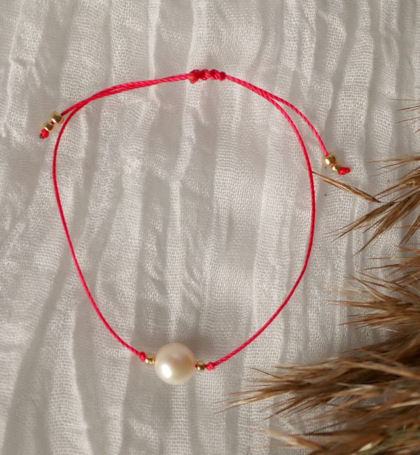 perła z czerwienią, perła na rękę, subtelne modowe akcesoria, stylowe dodatki