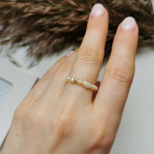 pierścionek z perłami hodowlanymi i złotą kuleczką, pierścionek na gumce