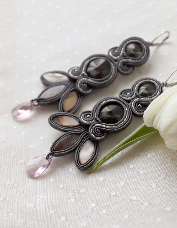 kolczyki długie, wieczorowe, haftowane sutaszem z zawieszką, odcienie szarości i różu