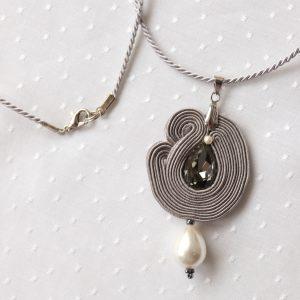 szary wisiorek z perłą i kryształkiem