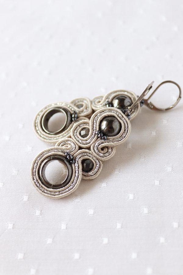 beżowe kolczyki ze srebrnym pasmem, wiszące kolczyki z hematytem
