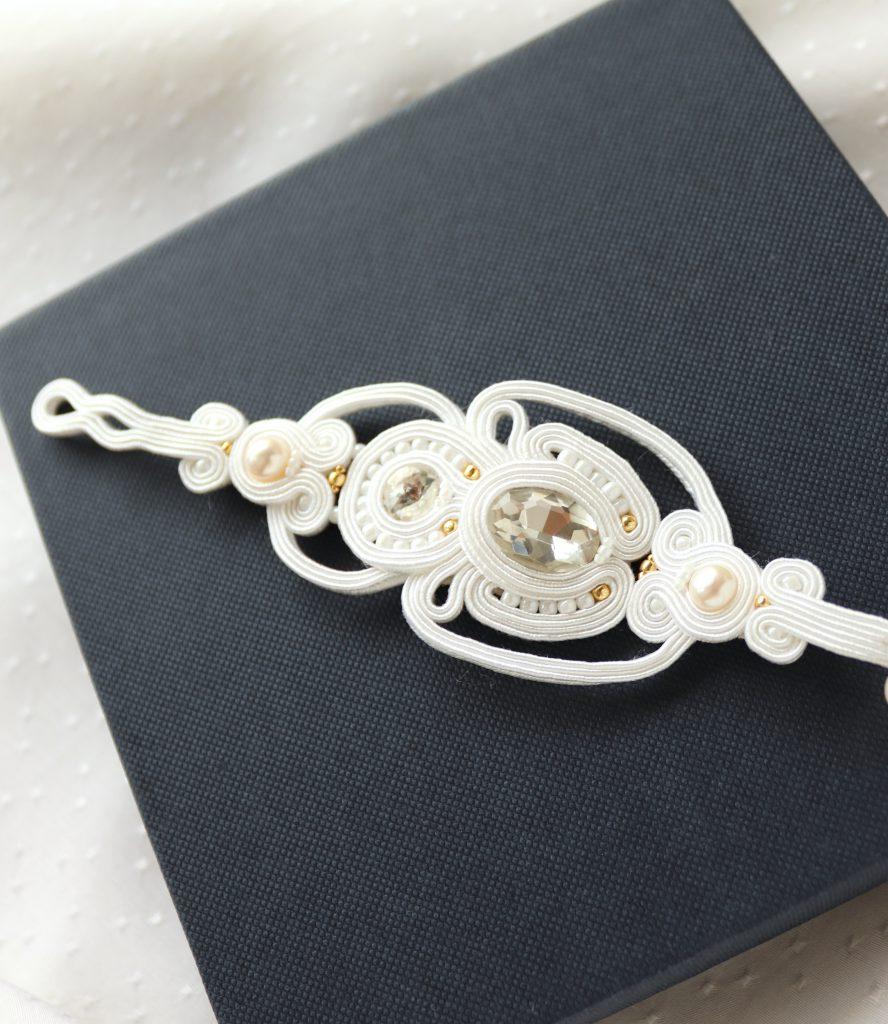 sutaszowa biała bransoletka z błyszczącymi kamieniami