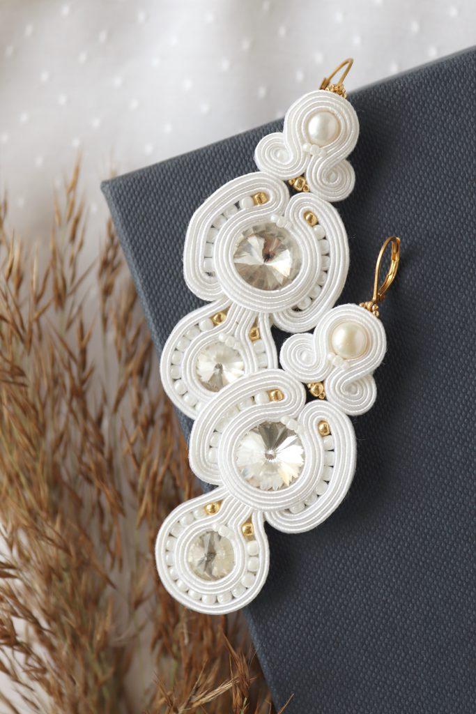 długie kolczyki śnieżna biel, z kryształkami wyszywane koralikami
