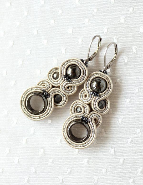 kolczyki kremowe ze stalowymi dodatkami, kolczyki z kamieniem hematyt