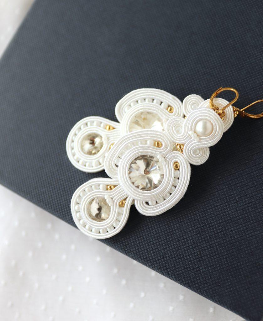 komplet biżuterii do ślubu w kolorze białym z błyszczącymi kamieniami (1)
