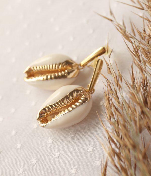 kolczyki ze złoconą muszlą kauri letnia biżuteria