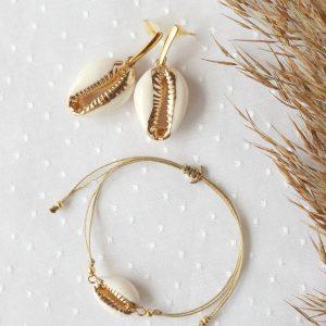 komplet biżuterii z muszlą kolczyki i bransoletka kauri