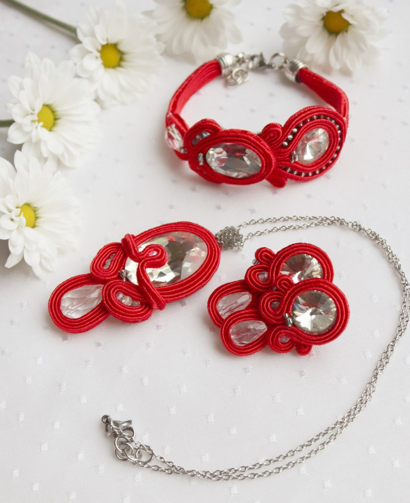 komplet sutaszowy w kolorze czerwieni z białymi kryształkami do sukni wieczorowej