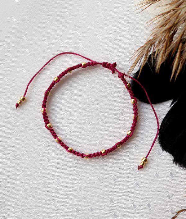 subtelna bransoletka w kolorze ciemnego różu ze złotymi koralikami (2)