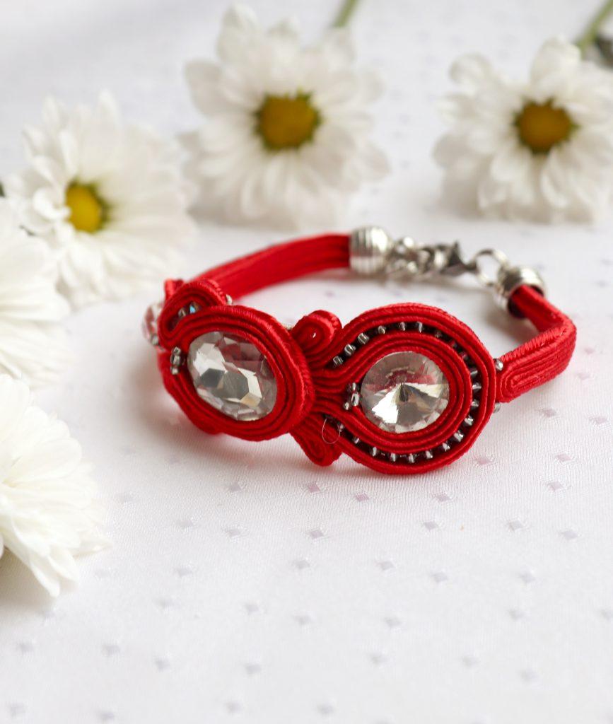 sutaszowa bransoletka w kolorze czerwonym idealna na nadgarstek